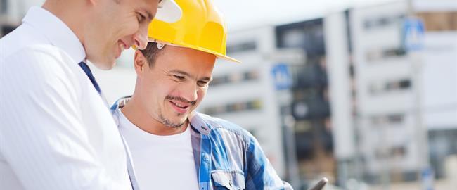 Trabajadores de la construcción mirando planos