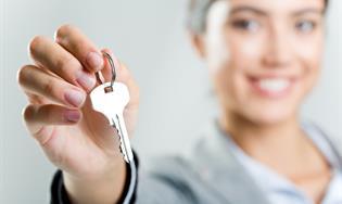 Persona sosteniendo llaves