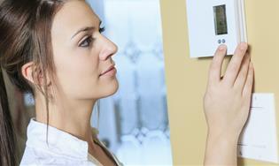 Mujer usando un medidor inteligente