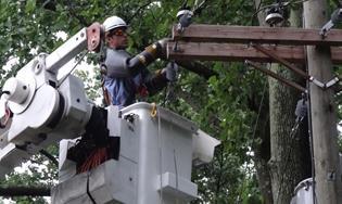 Empleado de ComEd trabajando después de una tormenta