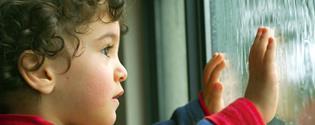 niño observando una tormenta