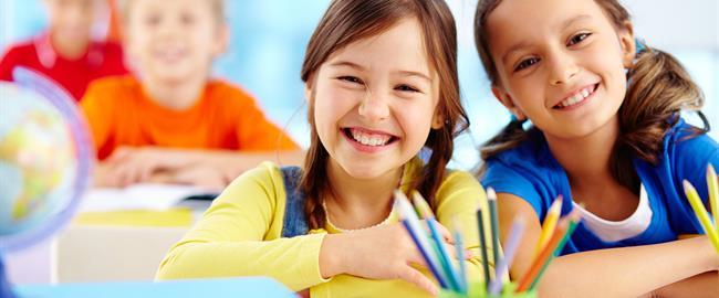 dos estudiantes sonriendo