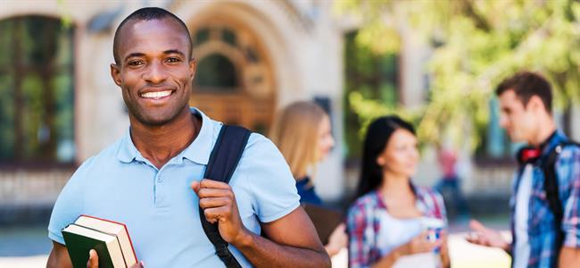 estudiante universitario sonriendo