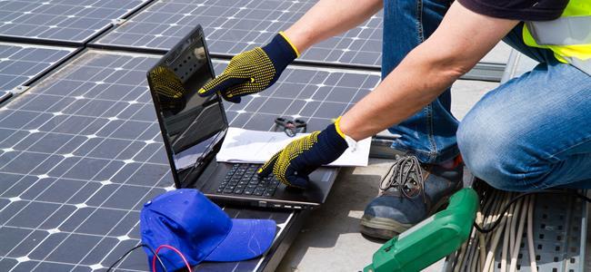 Trabajo terminado en un panel solar