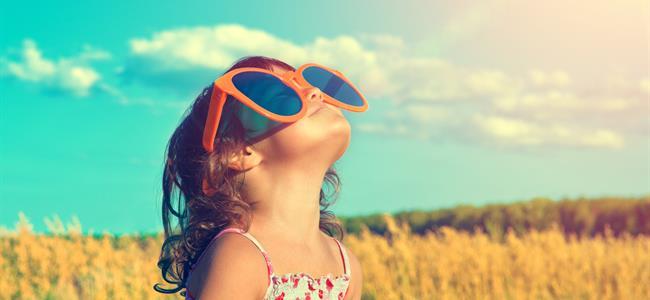 Niño usando anteojos de sol grandes