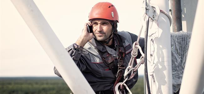 trabajador de línea en torre