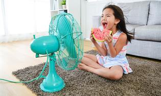 niño delante de un ventilador