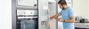 Un hombre con un refrigerador