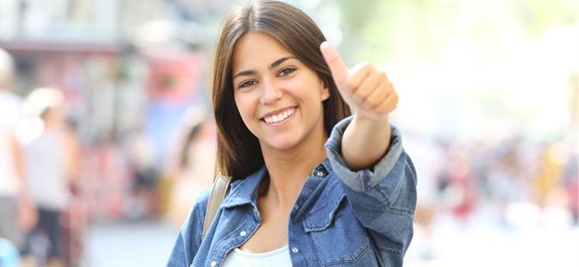 mujer levantando el pulgar