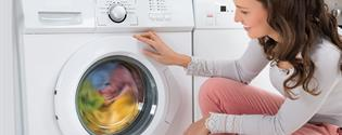 mujer con una lavadora