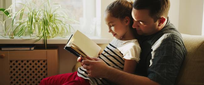 Padre leyendo a su hija