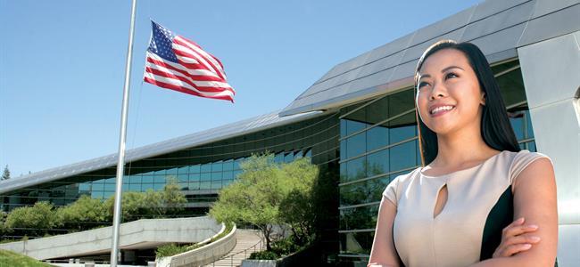 mujer delante de bandera