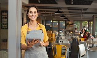 Mujer en el edificio de una pequeña empresa